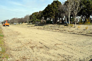 江戸時代の石積みを移設復元するため、線路が撤去され整備されている - 水軒堤防の石積み、一部を移設復元へ