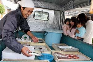 笑顔で接客する風神さん - ふじと台に旬の魚お届け、移動販売の風神さん