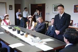 大橋市長に訪問の抱負を話す畑団長 - 28日から中国で和歌山市物産展