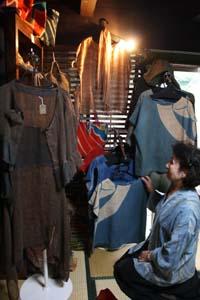 さまざまな藍染めの作品が並ぶ - 30日まで和歌山市のギャラリーで「初夏の布展」