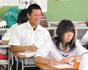 夏服で授業に臨む生徒(1日、和歌山商業高) - いよいよ夏本番! 学校等で衣替え