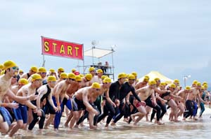 優勝を目指して一斉にスタートを切った第1泳者 - 片男波でスイム駅伝