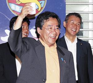 笑顔で祝杯を上げる大橋さん