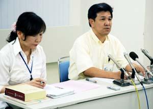 120歳以上の超高齢者の戸籍が残っていたことについて会見に臨む担当課の職員 - 174歳男性の戸籍残る、和歌山市の「超高齢者」