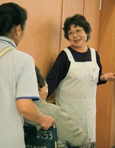 病院ボランティアとして活躍する山川さん - 増える病院ボランティア、一方で不足するケースも
