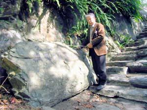 三昧霊地に安置されている「天井石」 - 乱開発の遺物供養を、三昧霊地に安置の天井石