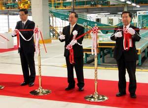 テープカットを行う木川社長㊥と大橋市長㊨ら - ヤマト運輸新社屋が竣工