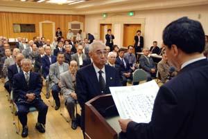 大橋市長から感謝状を受け取る退任会長たち - 退任自治会長に感謝状