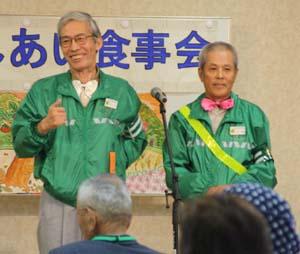 漫才で高齢者へ交通安全を呼び掛ける野上さん㊧と山本さん - 漫才で交通安全教室