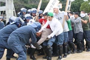 デモ隊を抑圧する機動隊員ら - APEC会議護衛へ県警特別派遣部隊が訓練