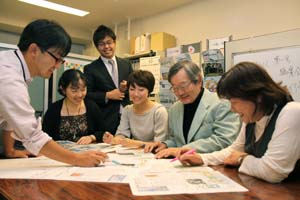 第1回紙面の内容について話し合うNPOセンターのスタッフ - NPOが独自編集「和歌山を創る新聞」本紙5日付からスタート