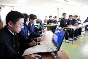 活発な意見交換が行われたジュニア会議(市役所大会議室) - 中学生が市の将来語り合う