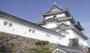 しっくい壁の修繕工事が終了した和歌山城天守閣南壁面(市提供)