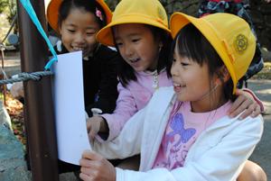 小学生、和歌山城で野外クイズ