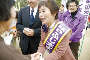 食祭の来場者と握手をする藤本候補(和歌山公園砂の丸広場)