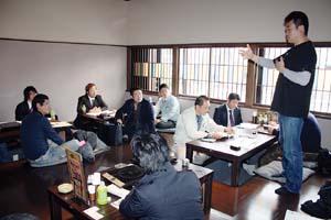 参加者に居酒屋甲子園について話す中谷代表 - 「居酒屋甲子園出ませんか」和歌山で説明会