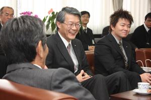 中村市長㊧に製品の説明をする池田社長㊥