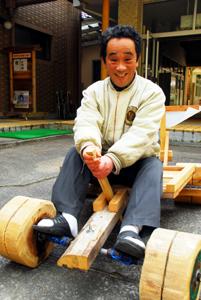 寄贈された車を試運転する平井塾長