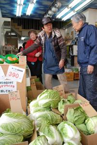 白菜など新鮮な野菜、果物が並ぶ店内