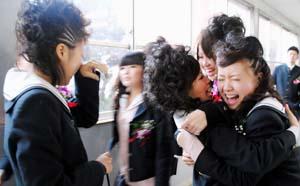 友人と抱き合い別れを惜しむ卒業生 - 思い出の市和商制服で、292人が市高の学びや巣立つ