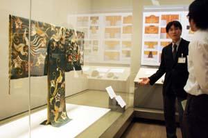 修復して初めて公開される厳島神社の能装束 - 県立博物館で特別展「華麗なる紀州の装い」
