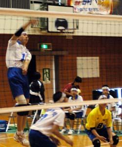 バックアタックを放つ明和・米澤 - 明和男子が5連覇 中学バレーボール選手権