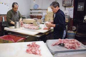 牛肉などを処理する従業員たち(10日、市内の卸販売業店で) - 焼肉店など市内320店の監視指導開始