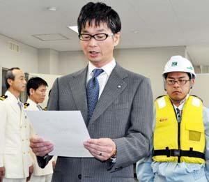 宣誓書を読み上げる東社長 - ライフジャケット着用推進モデルに東組
