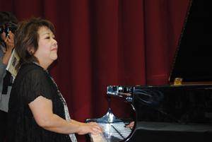 小坂明子さん生演奏 藤戸台小開校記念式典