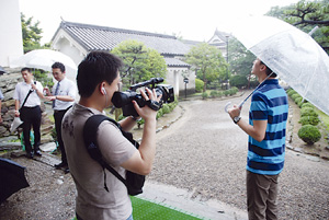 和歌山城でロケを行う大連テレビ局の撮影クルー