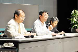 会場からの質問に答える(左から)牧村さん、恩田さん、梶川さん - 漱石講演の真意は? 来和100周年記念シンポ