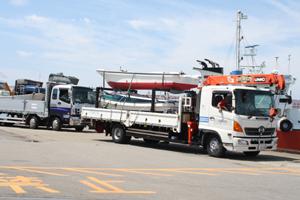 被災地の漁業復興へ 船載せたトラック出発