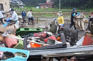 気仙沼市で廃材仕分け りら卒業生ら支援活動
