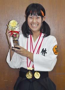 最優秀選手賞のトロフィーを手に笑顔の田和さん