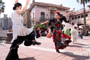 華麗にフラメンコを披露する会員たち - マリーナシティでフラメンコの祭典