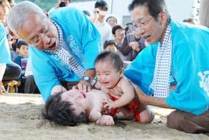 元気に泣き声を上げる赤ん坊たち - 元気な泣き声響く 海南で奉納花相撲
