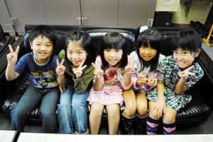左から小髙君、家本さん、西村さん、足立さん、新谷さん - 宮北小の5人に奨励賞 統計グラフ全国コンク