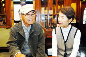 会談する東代表右と安井さん