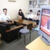 教育局長室で議会放送を見守る若手職員たち