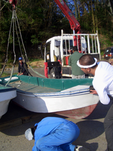 本吉町蔵内浜で船を下ろす花本さんら (花本さん提供)
