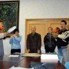 小鼓のプロに教えてもらいながら練習に励むメンバー(東照宮会館で)