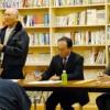 町の現状を説明する、考える会の弓庭会長㊧