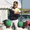 バッティングを指導する藤田さん