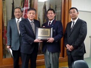 宮下会長 (中央左) から表彰状を受け取った道端選手