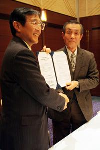表明書にサインした仁坂知事㊧と美浜町社協の小竹会長