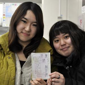 和歌山大学教育学部美術専攻の玉田紘子さん㊧と松木栞さん