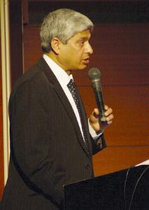 スラムドッグ$ミリオネア 熱弁を振るうヴィカースさん 在大阪・神戸インド総領事館総領事で、 アカ