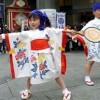 子どもたちのかわいらしい踊りに通行人も足を止めた
