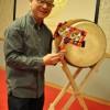 完成した 「二挺鉦」 を持つ和田さん。 右下は以前作った折りたたみ式太鼓台