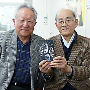 「佛像彫刻展」を開く小森清さん㊨と友人の奥野徹夫さん